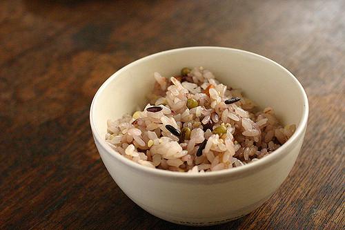 八穀米ごはん。黒米、押し麦、もちきび、黒胡麻、緑豆、小豆、くこの実、松の実