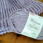 スモーキーピンクの毛糸で編むニット帽